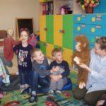 Czytają i dzielą się książką. W Społecznej Szkole Podstawowej w Białymstoku