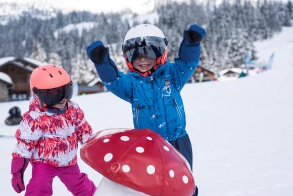 Pierwsze kroki na stoku LIFESTYLE, Dziecko - Ferie zimowe trwają w najlepsze! Stoki zapełniają się dziećmi w różnym wieku i o różnym poziomie zaawansowania. Zastanawiasz się, co powinieneś wiedzieć przed zabraniem dziecka pierwszy raz na narty? Przygotowaliśmy dla Ciebie kilka cennych porad.
