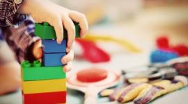 Zabawki kiedyś i dziś LIFESTYLE, Dziecko - Każde pokolenie ma… swoje ulubione zabawki. Bez nich nasze dzieciństwo byłoby mniej kolorowe. Jak na przestrzeni ostatnich lat zmieniły się trendy w przemyśle zabawkowym? Z jakich zabawek cieszyli się nasi dziadkowie, a za czym szaleją współczesne szkraby?