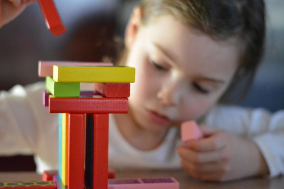 ZABAWKI EDUKACYJNE, ZNACZY LEPSZE? LIFESTYLE, Dziecko - Zabawki towarzyszą dzieciom od pierwszych chwil życia. Inwestując w kompanów malucha warto wybrać przedmioty, które będą pozytywnie wpływały na jego rozwój. Jakie zabawki wybrać, aby umożliwić dziecku intensywne poznawanie świata?