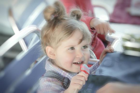 """Klocki – zabawka, która wspomaga rozwój dziecka i rozwija kreatywność LIFESTYLE, Dziecko - Dobrze dobrana zabawka to nie tylko taka, która sprawi dziecku radość, ale także taka, która uczy. Wiele osób za produkt łączący w sobie wszystkie te elementy uważa klocki. Sprawdzamy, czy faktycznie może nazwać je """"zabawką idealną""""."""