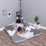 Dlaczego warto bawić się z małymi dziećmi na podłodze?