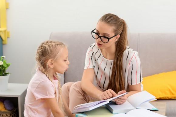 Wady wymowy u dzieci - jak pomóc naszym pociechom? LIFESTYLE, Dziecko - Zaburzenia mowy u dzieci to pewne nieprawidłowości, które powodują kłopoty z poprawnym wysławianiem się i wymawianiem poszczególnych głosek.