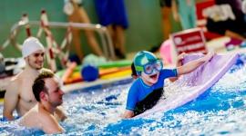 DLACZEGO WARTO NAUCZYĆ DZIECKO PŁYWAĆ? LIFESTYLE, Dziecko - Nie ma chyba dzieci, które nie lubią zabaw w wodzie, dlatego warto do tygodniowego grafiku przemycić chociaż jedną godzinę na basenie.
