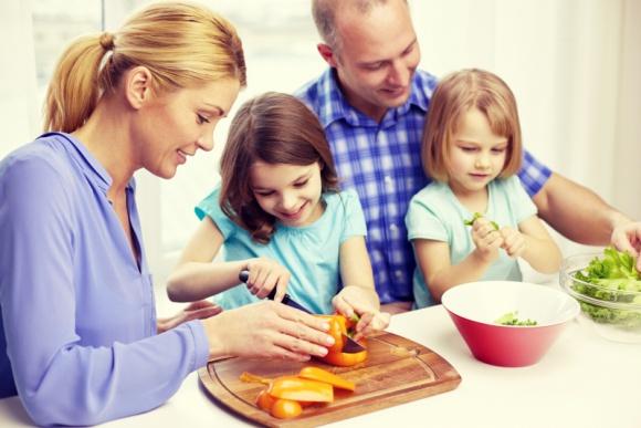 Czym karmić w upały małego niejadka? LIFESTYLE, Dziecko - Upały i temperatura powyżej 30 stopni nie sprzyjają apetytowi, zwłaszcza u dzieci. Jak w letnie dni komponować dietę malucha tak, by mimo mniejszych porcji, nie była ona mniej wartościowa?