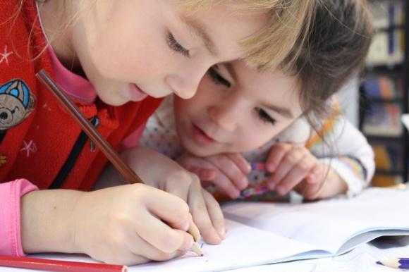 Jak zapewnić dobrą edukację dziecku z autyzmem? LIFESTYLE, Dziecko - Przedszkole i szkoła kształtują przyszłość dzieci. Wybór odpowiedniej placówki edukacyjnej jest szczególnie ważny dla rodziców dzieci ze spektrum autyzmu i innymi zaburzeniami rozwoju.