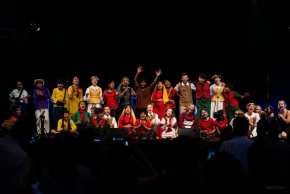 Brave Kids pożegnały się z Trójmiastem LIFESTYLE, Dziecko - Indie, Iran, Salwador, Litwa oraz Polska obok siebie na jednej scenie we wspólnym międzykulturowym spektaklu. Tak 29 młodych artystów z najdalszych zakątków świata pożegnało się z Trójmiastem i tym samym zakończyło 10. edycję Brave Kids w Polsce.