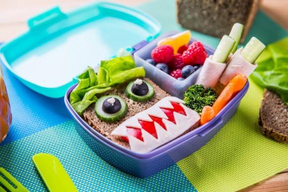 """Lunch box – """"must have"""" w plecaku ucznia LIFESTYLE, Dziecko - Drugie śniadanie to absolutny must have, który musi znaleźć się w plecaku ucznia. W jaki sposób zachęcić dziecko do zjedzenia drugiego śniadania, aby nie wróciło wraz z plecakiem w nietkniętej formie? Musi być kolorowo i pysznie!"""