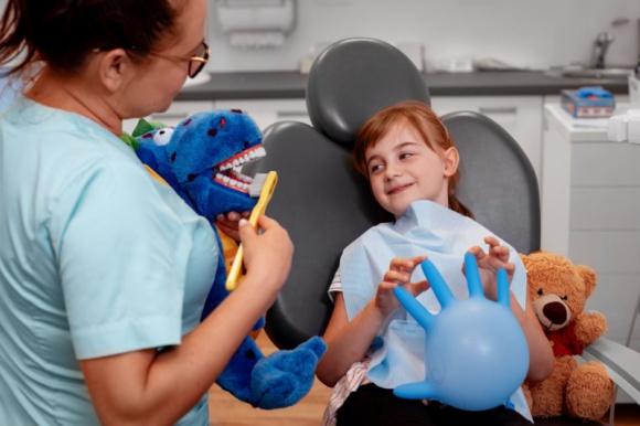 Leczyć czy nie leczyć – poznaj prawdę o mleczakach LIFESTYLE, Dziecko - Leczenie zębów mlecznych swoich pociech dla każdego rodzica powinno być oczywiste. Tymczasem okazuje się, że dla niektórych to temat dyskusyjny – przecież mleczaki i tak wypadną, po co więc je leczyć?