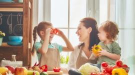 Najlepsze jedzenie dla Twojego dziecka – o czym pamiętać przygotowując posiłki? LIFESTYLE, Dziecko - Odpowiednio skomponowane posiłki to klucz do prawidłowego rozwoju i codziennego funkcjonowania naszych dzieci. Zbilansowane żywienie pozwoli zachować dobre samopoczucie, zapewni prawidłowy wzrost, a także doda energii potrzebnej do sprostania wszystkim codziennym wyzwaniom.