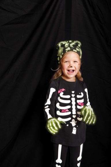 Nie takie Halloween straszne LIFESTYLE, Dziecko - Światła ulicznych latarni, zamiast rozproszyć gęsty mrok, sprawiają, że twarze tych, którzy jeszcze nie zdążyli się schować w zaciszu własnych domów, nabierają niezdrowego, trupiego wręcz koloru. Niektórzy z nich zaczynają nawet poruszać się jak zombie…