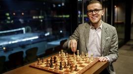 15 minut gry w szachy z dziećmi - jaki efekt? LIFESTYLE, Dziecko - W ostatnich latach szachy zyskują w Polsce coraz większość popularność. Szachowe rozgrywki sprawiają przyjemność i przynoszą satysfakcję nie tylko dorosłym, ale także dzieciom. Michał Kanarkiewicz, nauczyciel szachów uważa, że...