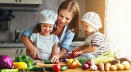 3 nawyki żywieniowe, które warto wprowadzić do diety Twojego dziecka LIFESTYLE, Dziecko - Edukacja żywieniowa zaczyna się w domu. Rodzice mają decydujący wpływ na to, co ląduje na talerzach ich pociech. To, co je dziecko, przekłada się na jego rozwój i odporność, dlatego powinniśmy od najmłodszych lat uczyć nasze maluchy reguł zdrowego odżywiania.