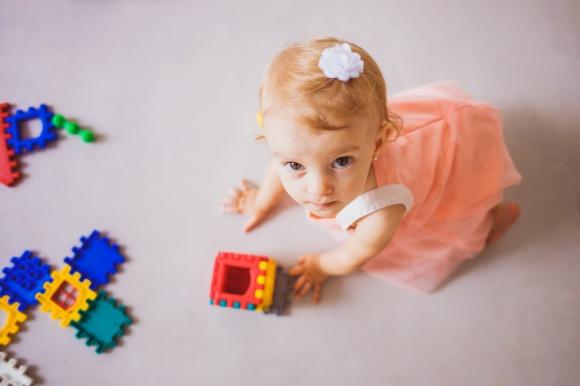 Dieta roczniaka to poważna sprawa – co podawać dziecku, które skończyło roczek? LIFESTYLE, Dziecko - Twoje roczne dziecko zna już smak większości warzyw, owoców i mięsa. Chociaż przed nim wciąż wiele do odkrycia, kluczowym elementem jadłospisu po 1. urodzinach nadal powinno być mleko. Dowiedz się, dlaczego.