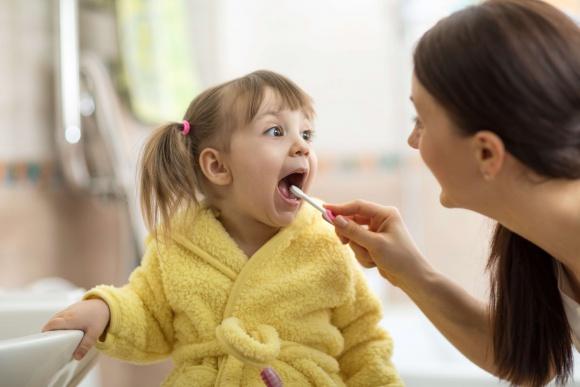 Rodzicu, szczotkuj zęby swojej pociechy nawet do 12. roku życia! LIFESTYLE, Dziecko - Ponad połowa trzylatków, 80% pięciolatków i aż 90% siedmiolatków w Polsce ma próchnicę . Według badań to właśnie ona jest jednym z najczęstszych problemów zdrowotnych występujących u dzieci.