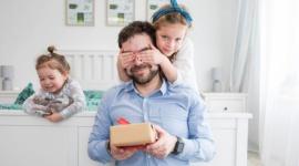 Dzień Ojca – czym zaskoczyć tatę w dniu jego święta? LIFESTYLE, Dziecko - 23 czerwca to data dobrze znana dzieciom oraz dorosłym – to właśnie w tym dniu obchodzony jest Dzień Ojca! Poniżej kilka faktów związanych z tą okolicznością oraz krótki poradnik, czym zaskoczyć tatę w dniu jego święta, by sprawić mu radość.