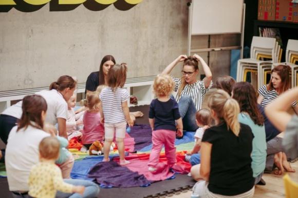 Wrześniowe atrakcje dla najmłodszych w Piątym Wymiarze LIFESTYLE, Dziecko - Bezpłatne zajęcia plastyczne, muzyczne oraz językowe czekają na małych odkrywców i ich rodziców w Piątym Wymiarze w Atrium Promenada. W drugiej połowie września przy muzyce i zabawie będzie można rozwijać umiejętności artystyczne i myślenie kreatywne u najmłodszych.