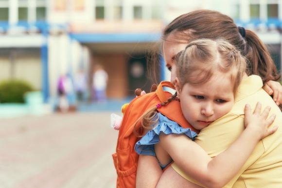 Stres szkolny – zmora dzieci i młodzieży. Jak z nim walczyć? LIFESTYLE, Dziecko - Rozpoczęcie edukacji czy powrót do szkoły bywa dla dziecka trudny. Uczniowie muszą wrócić do spędzania dnia w szkole i odrabiania lekcji. Dla jednych jest to radość, ale niektórym dzieciom może towarzyszyć lęk. Jak pomóc dziecku pokonać stres i nauczyć radzić sobie z emocjami?
