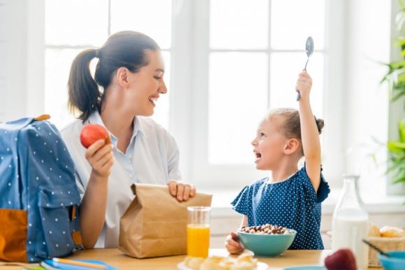 """Smacznie i zdrowo – na dzień dobry! LIFESTYLE, Dziecko - Znaczenie śniadania, zwłaszcza w przypadku dzieci, jest nie do przecenienia. Często jednak, przekonanie najmłodszych do zdrowego, porannego posiłku okazuje się wymagającym zadaniem. Sporym wyzwaniem może też stać się przygotowanie śniadania do """"pudełka"""" ."""